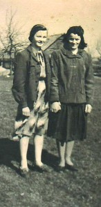 Prakseda Šemėtienė (dešinėje) su kaimyne.