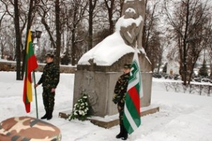 Šauliai garbės sargyboje stovi ir prie paminklo Nepriklausomybės kovoms atminti.