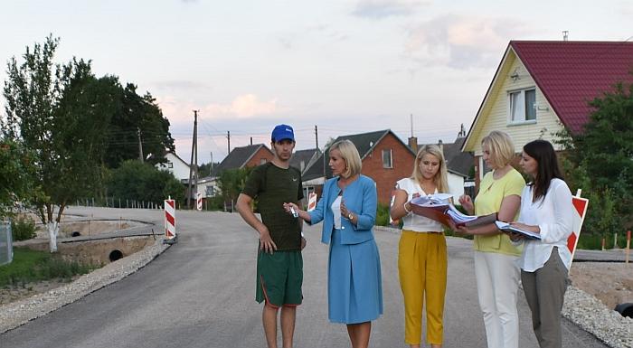 Merė Živilė Pinskuvienė ir jos komanda aptaria Šiaulių gyventojams rūpimus reikalus.