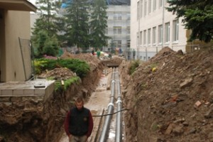 Visą mėnesį šilumininkų renovuojama trasa trukdo dirbti statybininkams, remontuojantiems L. Stuokos - Gucevičiaus gimnaziją, ir pėstiesiems, einantiems į Polikliniką ir Kultūros namus.
