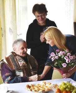 Širvintų rajono savivaldybės administracijos direktorė Ingrida Baltušytė-Četrauskienė jubiliatui įteikia gėlių puokštę.