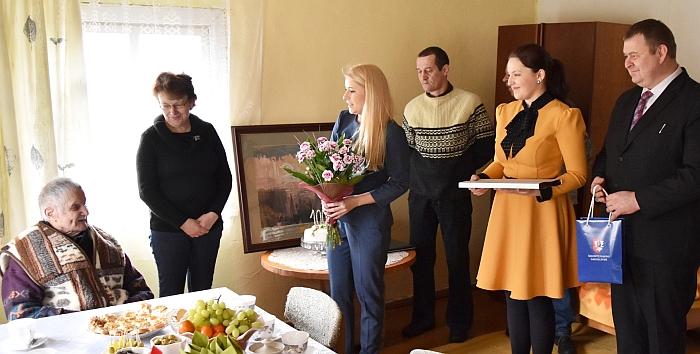 Jubiliejaus progą Silvestrą Jakubauską sveikina Širvintų rajono savivaldybės administracijos direktorė Ingrida Baltušytė-Četrauskienė, mero padėjėja Janina Greiciūnaitė, l. e. Zibalų seniūno pareigas Sigitas Bankauskas.