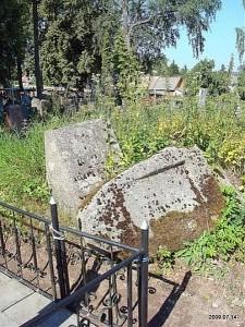 Laikui bėgant kai kurie kapai dėl objektyvių ar subjektyvių priežasčių praranda atminties ženklus...