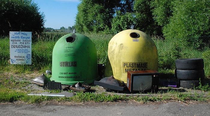 Bagaslaviškio atliekų surinkimo punktas. Stendo su perspėjimais šiukšlintojai visiškai nepaiso.