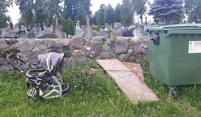 Prie Širvintų senųjų kapinių iš kažkur atsirado net vaikiškas vežimėlis...