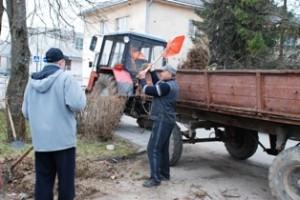 Pirmadienį komunalinio ūkio darbininkai Nerijus Baronas ir Algis Garbatavičius krovė į priekabą gatvių sąšlavas. Kur jas išveš - nežinia.