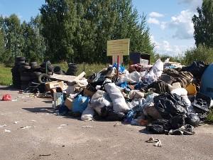 """Koks čia gamtos stebuklas? Kur mes gyvename? Europos Sąjungoje? Vaizdelis šalia autobusų stotelės prie pat kelio įvažiuojant į Bagaslaviškio miestelį. Šis šiukšlių kalnas (pradėjus gyventojus aptarnauti UAB """"Ecoservice"""") jau tapo Bagaslaviškio miestelio įvaizdžiu."""