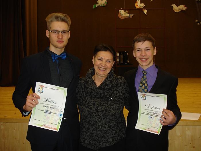 Konkurso dalyviams Justinui Blažiui (dešinėje) ir Rokui Štikanui (kairėje) Utenos rajono savivaldybės padėkas įteikė vertinimo komisijos pirmininkė dr. Danutė Vaigauskaitė (centre) - Klaipėdos universiteto Menų akademijos Teatro katedros vedėja, scenos kalbos pedagogė.