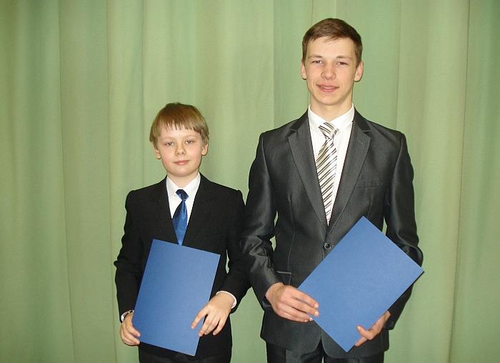 Regioninio Lietuvos mokinių meninio skaitymo konkurso, vykusio Visagine, pirmosios vietos laimėtojas Nojus Kralikevičius (kairėje) ir antrosios vietos laimėtojas Justinas Blažys (dešinėje).