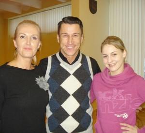 Šokių studijos įkūrėjui Sauliui Skambinui (centre) ir choreografei Ievai Kulytei (dešinėje) sėkmingo darbo palinkėjo Širvintų rajono savivaldybės tarybos narė Živilė Pinskuvienė.