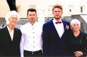Albinas ir Liudvika Skardžiai su anūkais Justu ir Linu.