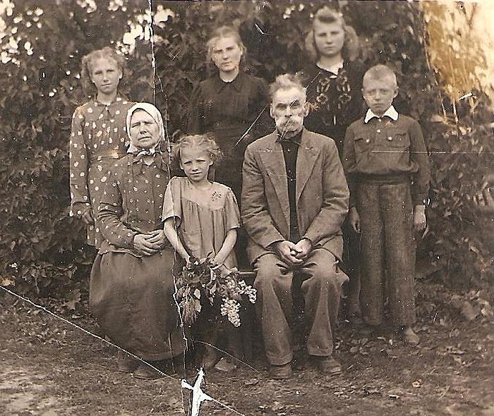 Liudvika Skardžiuvienė su broliu ir seserimis bei juos, našlaičius vaikus, išauginusiais seneliais Juze ir Mykolu Raginiais.