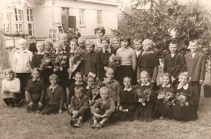 Pirmieji pedagoginio darbo metai Kvietkų septynmetėje mokykloje (buv. Pandėlio rajonas).