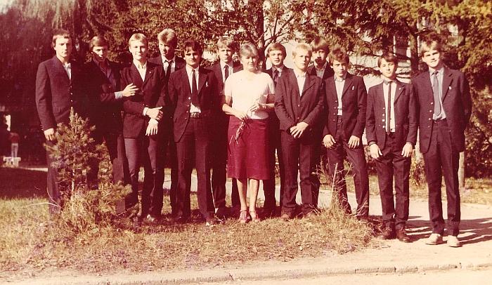 Mokytoja Liudvika Skardžiuvienė su savo paskutiniais auklėtiniais prie Širvintų 1-osios vidurinės mokyklos.