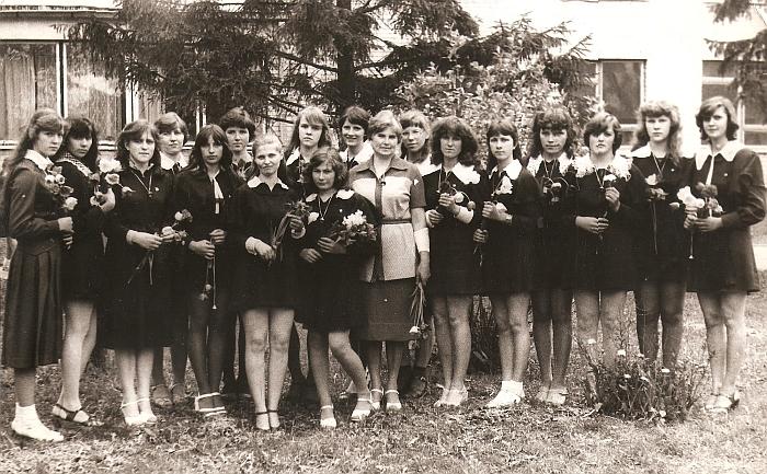 Mokytoja Liudvika Skardžiuvienė su savo auklėtinėmis - Širvintų vidurinės mokyklos 33 laidos abiturientėmis.