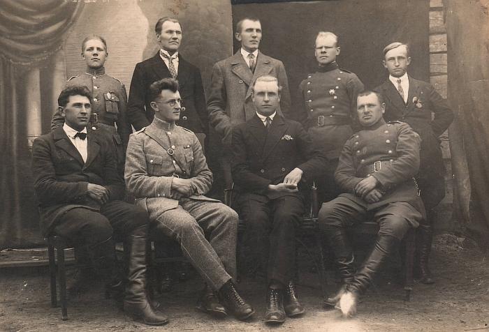 Gelvonai. Praėjusio amžiaus ketvirtas dešimtmetis. Antras iš kairės su Šaulių sąjungos uniforma sėdi Kazimieras Skebėra.