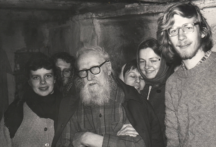 Bagdyšių k. 1990 m. rugsėjo 27 d. Kazimieras Skebėra su Vytauto Didžiojo universiteto studentais.