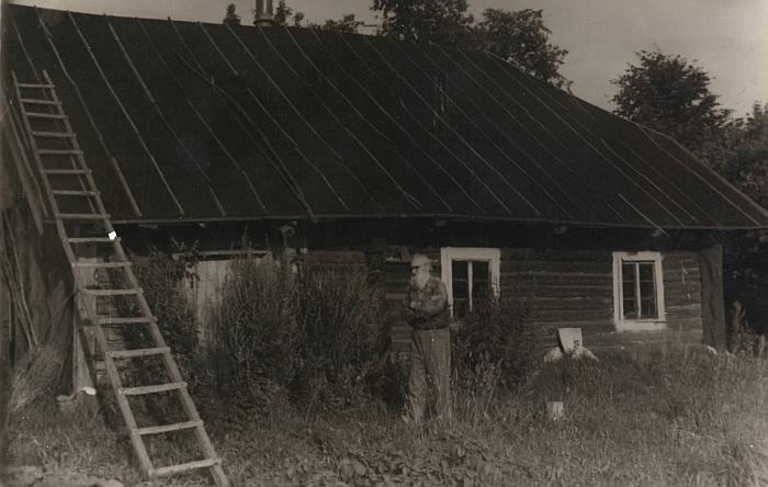 1981 m. liepos 27 d. Kazimieras Skebėra prie savo trobos Bagdyšių kaime.