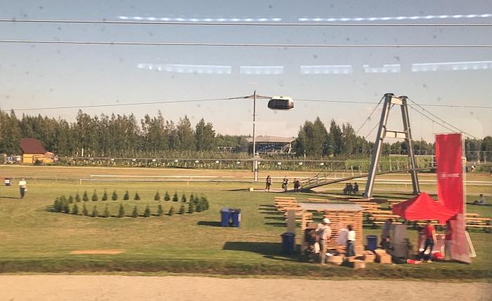 Vagonų trasa eina virš žemės paviršiaus.