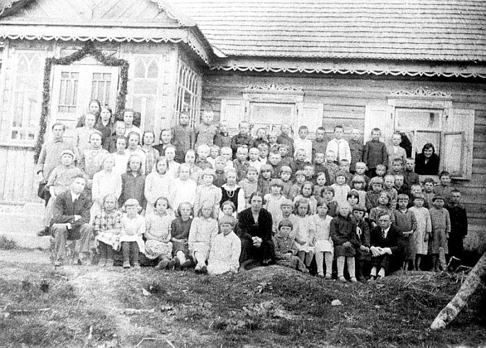 Mokiniai ir mokytojai prie Smailių kaimo pradžios mokyklos 1930 m.