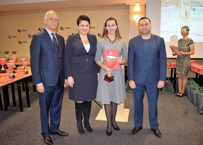 Alinos Zapolskienės vadovaujama Širvintų sporto mokykla įvertinta net 9 apdovanojimais. Apdovanojimą vadovei įteikė LTOK prezidentė Daina Gudzinevičiūtė.