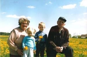 Aleksandras Šimonis su žmona Danute ir anūkais.
