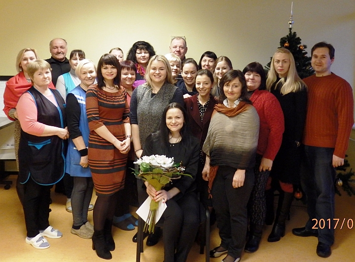 Nuotrauka prisiminimui. Socialinių paslaugų centro darbuotojai prie Kalėdų eglutės.