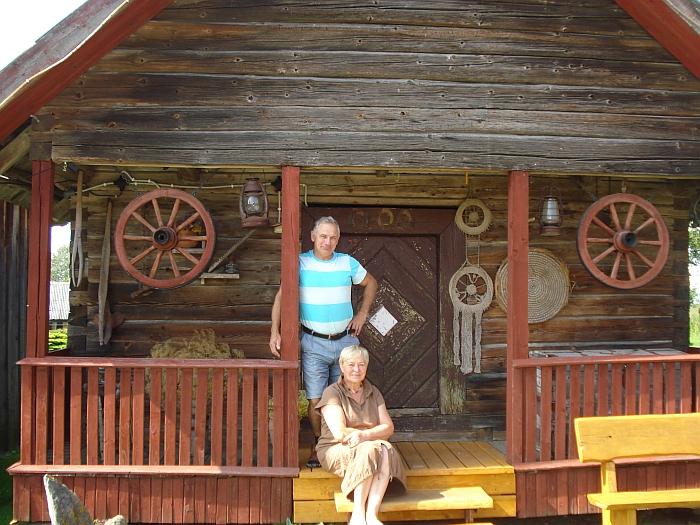 Taučiulių kaime gyvenantys Audronė ir Henrikas Janušauskai prie senovinio svirno - sodybos puošmenos.