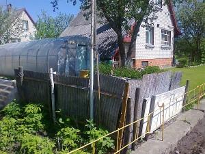 Kompostuojamo mėšlo krūva - pačiame sklypų ribos centre.
