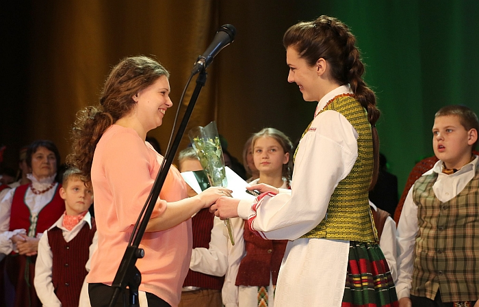 Lapelių kaimo bendruomenės šokių kolektyvo vadovei Erikai Svirskienei padėką teikia Širvintų kultūros centro direktorė Rytė Bareckaitė.
