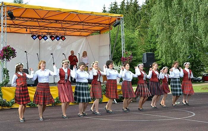 Lapelių kaimo bendruomenės šokių kolektyvas.