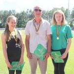 Treneris su auklėtinėmis. Kairėje - Laura Jankovskytė, dešinėje - Lina Surgelaitė.