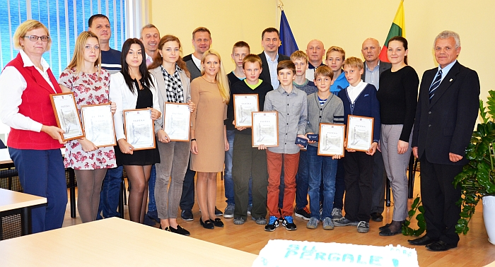 Sportininkai ir jų treneriai su Savivaldybės Administracijos direktore Ingrida Baltušyte-Četrauskiene (penkta iš kairės) ir vyr. specialistu Borisu Sockiu (pirmas iš dešinės)