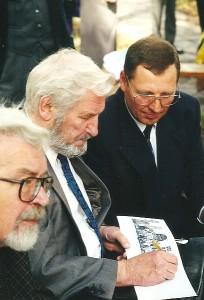 Kernavės mokyklos jubiliejuje Jonas Stankevičius (pirmas iš dešinės) su skulptoriumi Bogdanu. 1998 m.