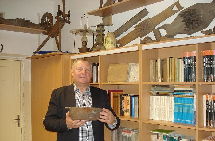 Mokytojas Jonas Stankevičius pasakoja apie eksponatus.