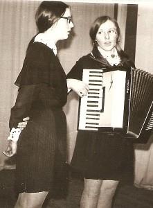Musninkų vidurinės mokyklos saviveiklininkės (iš kairės į dešinę): Rita Ustinova-Stankevičienė ir Nijolė Buožytė-Bakšanskienė.