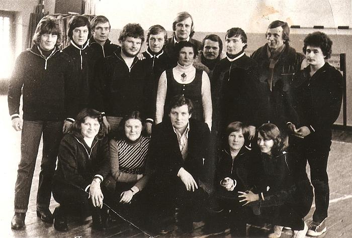 Kernavės kolūkio komanda (J. Stankevičius pirmoje eilėje trečias iš kairės) Širvintų rajono sporto pirmenybėse. 1981 m.