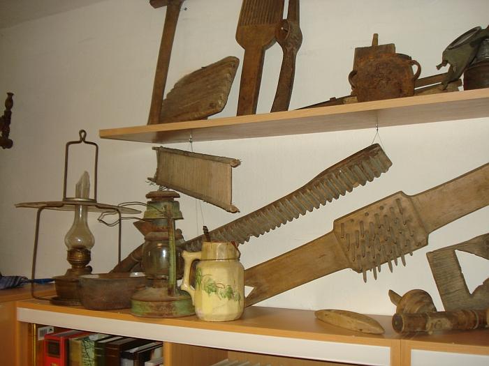 Istorijos kabinete sukaupti eksponatai.