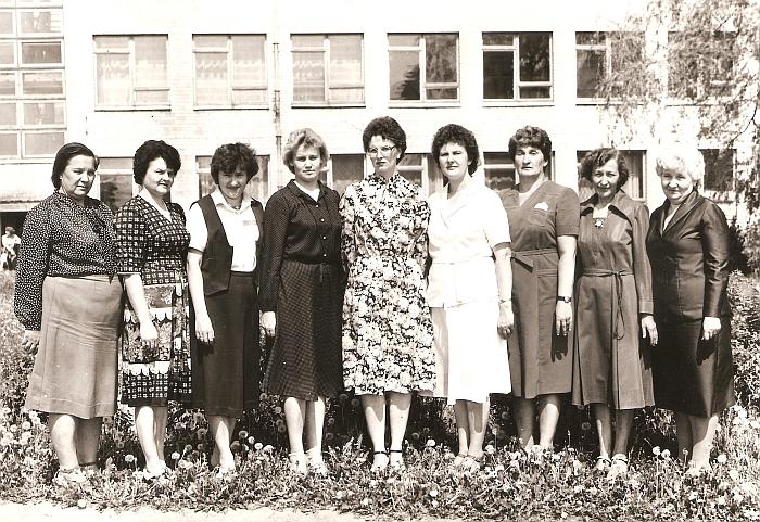 Širvintų vidurinės mokyklos mokytojos rusistės (iš kairės į dešinę): Morta Valickienė, Ana Geigalienė, Regina Jagminienė, Irina Levon, Rita Stankevičienė, Halina Ališauskienė, Apolonija Tamašiūnienė, Marytė Koriznaitė, Birutė Vinciūnienė. 1985 m.