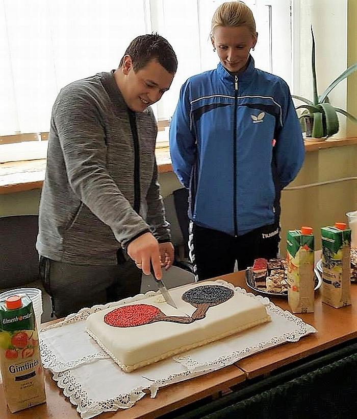 Asmeninių varžybų nugalėtojai dalija tortą