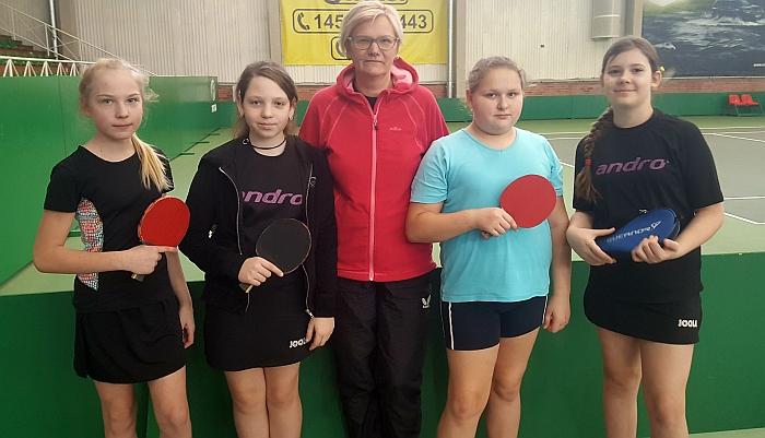 Širvintų stalo tenisininkės su mokytoja V. Lisevičiene.