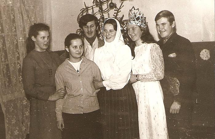 Po vaidinimo Musninkų vidurinės mokyklos bendrabutyje. 1972 m.