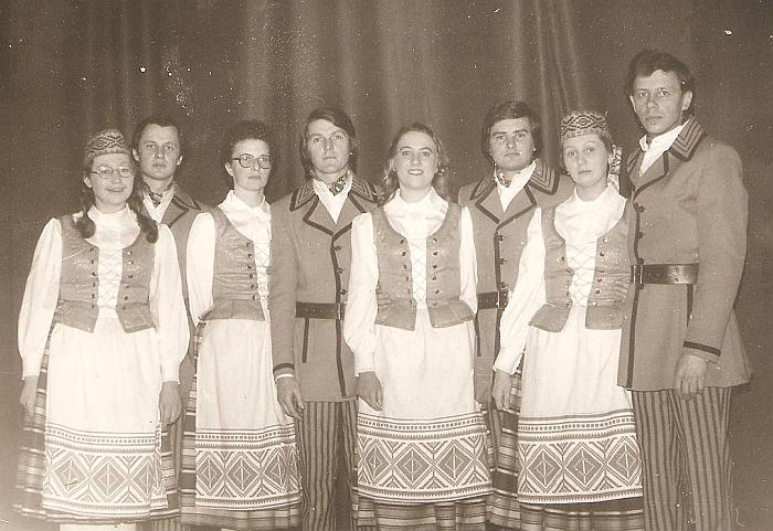 Rita Stankevičienė (trečia iš kairės) dalyvavo meno saviveikloje, šoko tautinių šokių kolektyve. 1980 m.