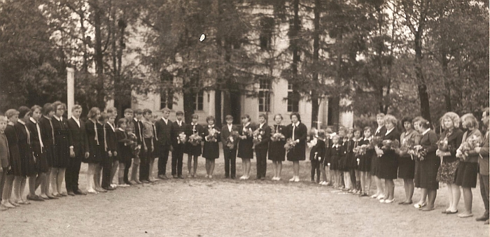 Aštuntokų išleistuvės Kernavės aštuonmetėje mokykloje. 1968 m.