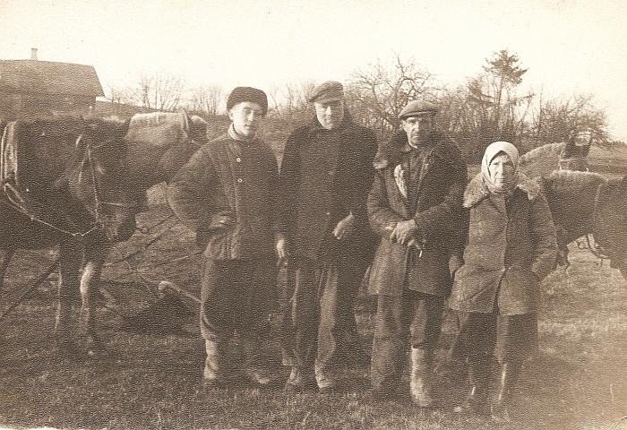 """""""Aušros"""" kolūkio kolūkiečiai: (iš kairės Į dešinę) navasiolkiečiai Stasys Gudeika ir Stepas Sinkevičius, Jonas Gudonis ir Stasė Vepštienė iš Staškūniškio kaimo."""