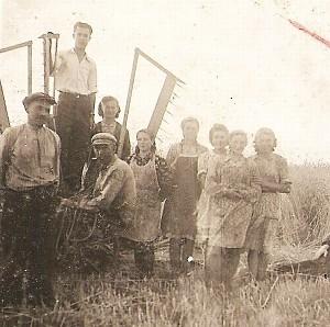 Prie kertamosios Vaclovas Latvys (antras iš kairės) su kaimo jaunuomene.