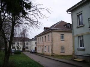 Žmonių sveikatai pavojingu asbesto šiferiu dengti ir beveik visi daugiabučiai namai centrinėje Širvintų miesto I. Šeiniaus gatvėje.