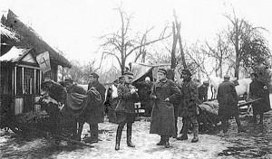Karo lauko ligoninė 1920 metais. Jokūbas Jakubėnas laiko už kojų sužeistąjį. Priekyje stovi I Gedimino pulko vadas (foto: birzietis.lt).