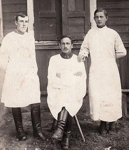 Lietuvos kariuomenės kariškiai felčeriai (iš kairės) Vilgelmas Bražaitis, Jokūbas Jakubėnas ir Antanas Stankevičius. Gelvonai, 1920 metai (foto: birzietis.lt).