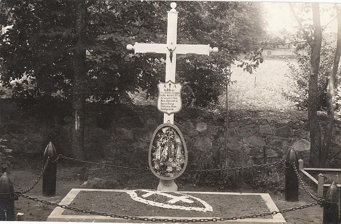 """Širvintų karių kapinės tarpukariu, apie 1928-uosius metus. Kryžius 1922 metais žuvusiems šauliams. Šią nuotrauką """"Širvintų krašto"""" skaitytojams dovanoja šiaulietis kolekcininkas Petras Kaminskas."""